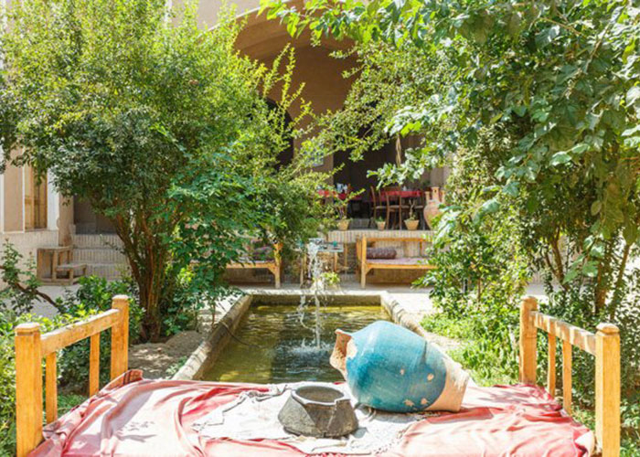 حیاط اقامتگاه بوم گردی شعرباف یزد