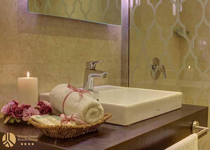 سرویس روشویی داخل اتاق های هتل بزرگ تهران