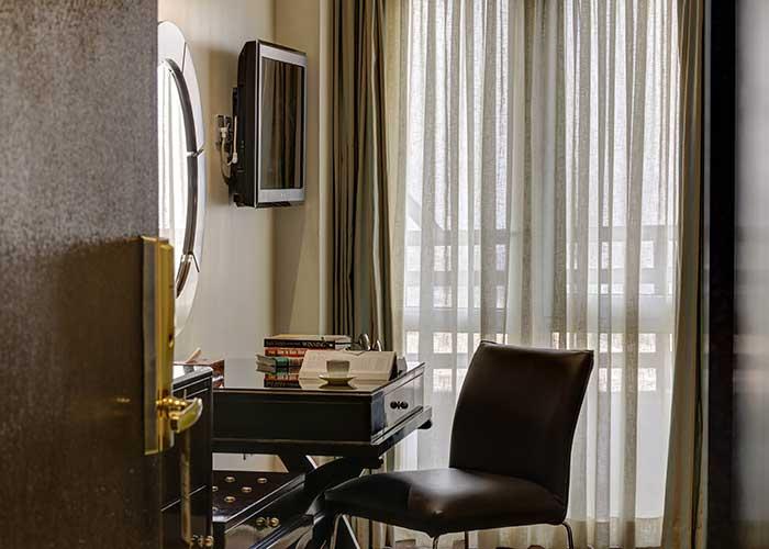 میز کار اتاق های دو تخته هتل بزرگ تهران