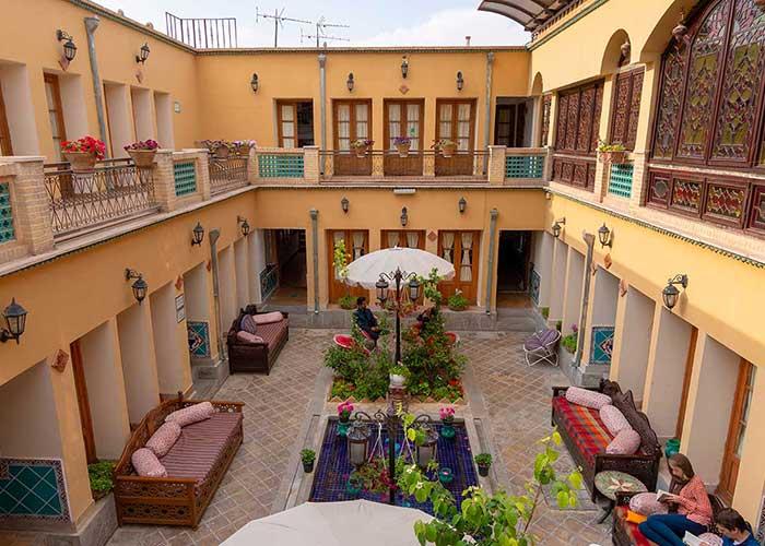حیاط هتل طلوع خورشید