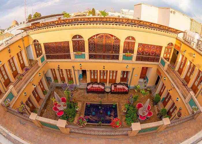 حیاط هتل طلوع خورشید اصفهان