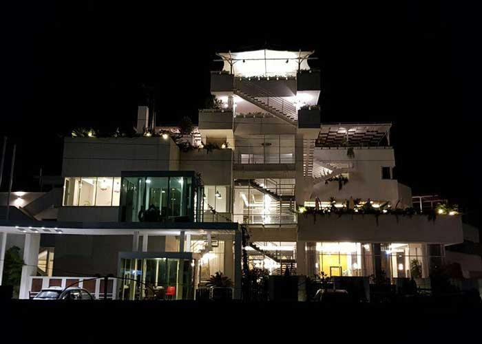 هتل وستا تنکابن در شب