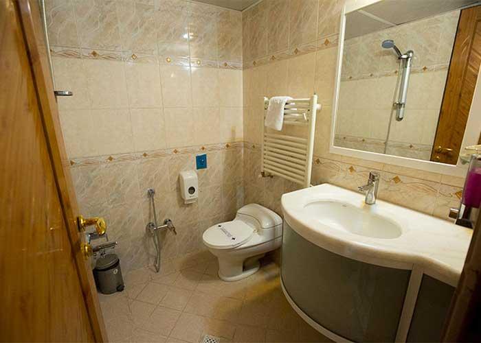 سرویس بهداشتی اتاق یک تخته هتل زهره اصهفان