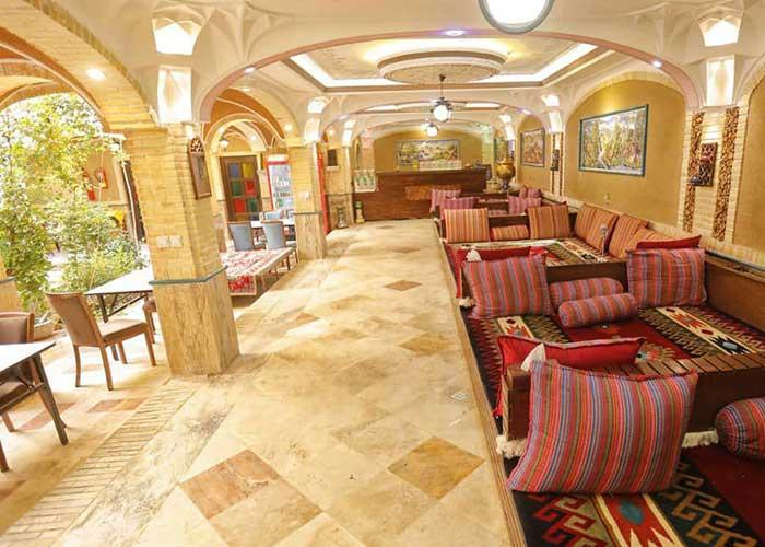 سفره خانه سنتی هتل ارگ محتشم قمصر